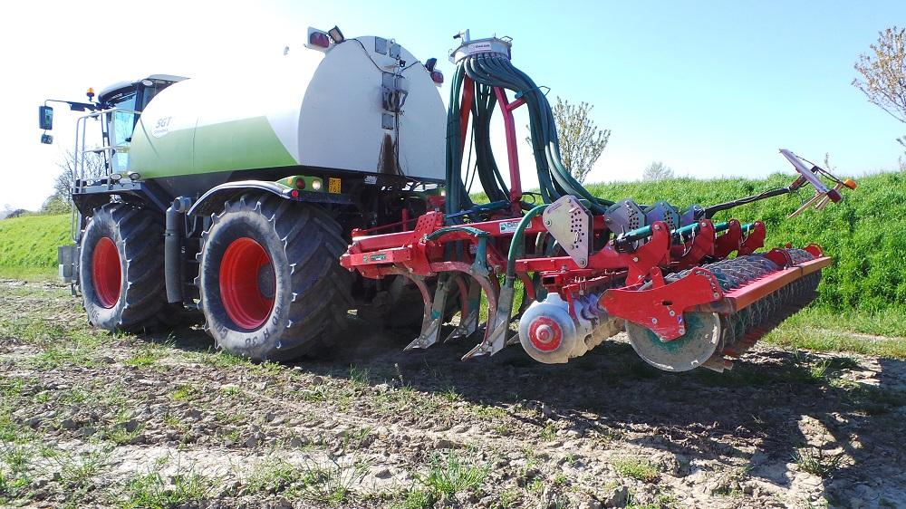 Il coltivatore Kverneland CLC Evo con il trituratore–distributore di digestati Vogelsang.
