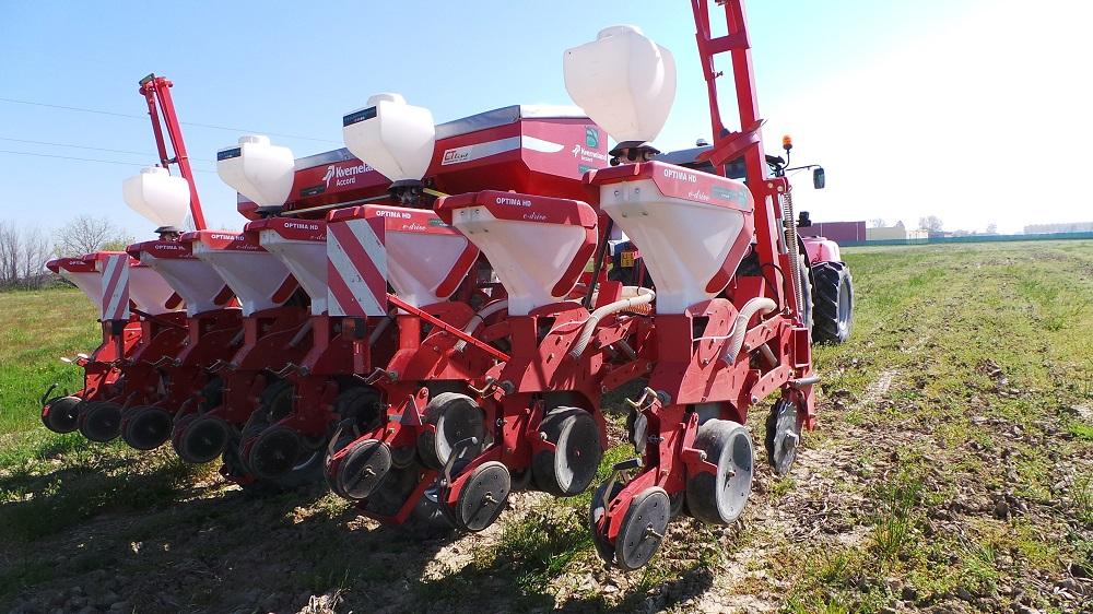 La seminatrice Kverneland Accord Optima HD ha seminato la soia in primo raccolto su terreno preparato con il coltivatore Kverneland CLC.