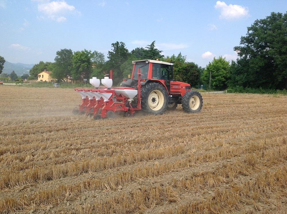 La seminatrice Kverneland Accord Optima HD e-drive depone il seme esattamente al centro della striscia di terreno lavorata grazie alla guida satellitare.
