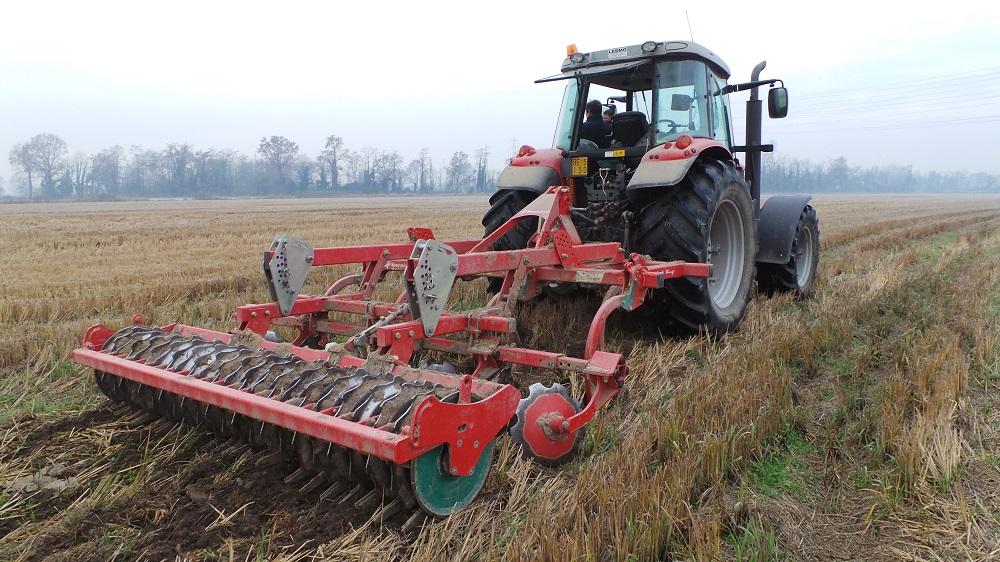 Un esempio di attrezzatura idonea per ottenere il finanziamento previsto per la minima lavorazione. Nella foto il coltivatore CLC Wings di Kverneland.
