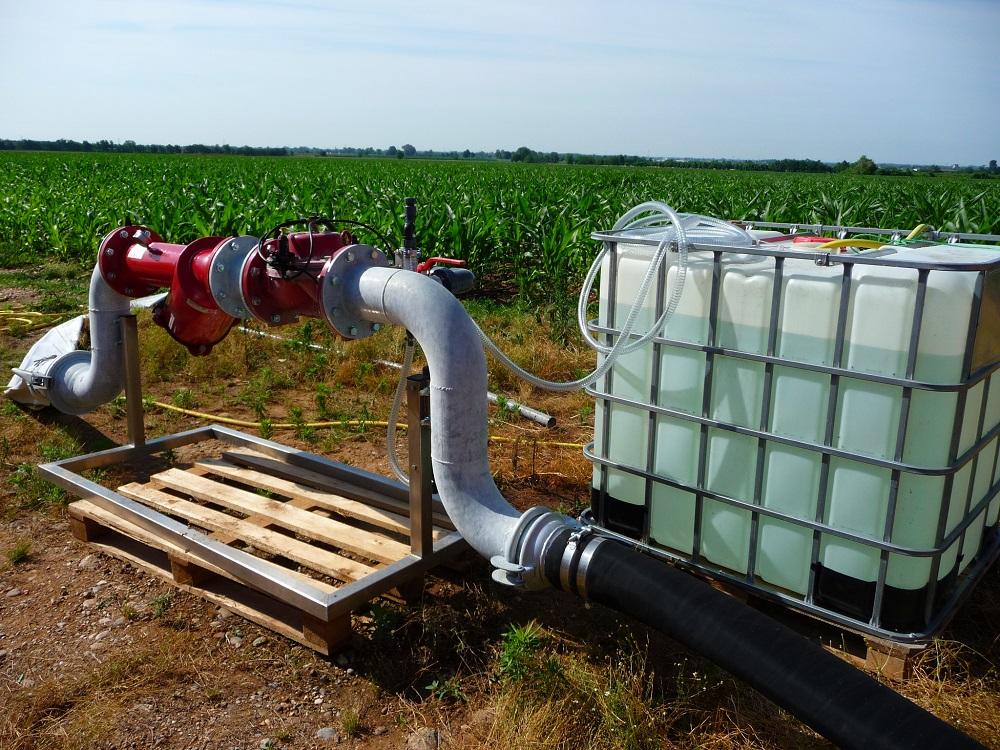 Il sistema di filtrazione e di pompaggio con il contenitore del concime per eseguire la fertirrigazione.