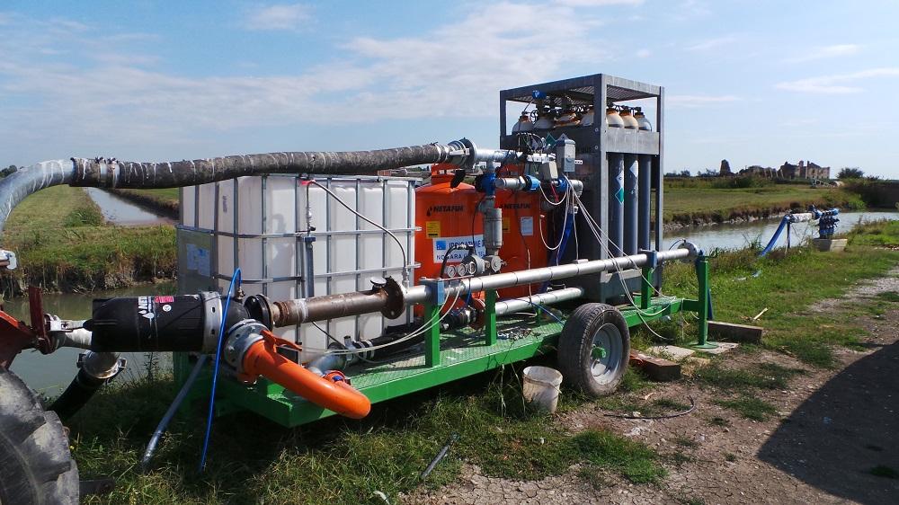 La centrale operativa per la subirrigazione con i filtri e il contenitore per i concimi liquidi.