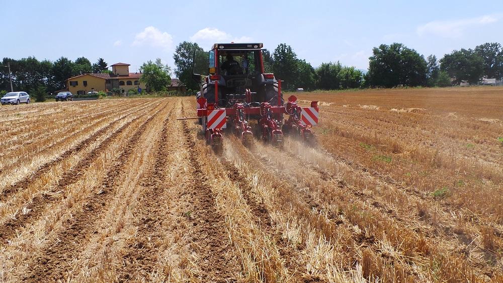 Il Kverneland Kultistrip prepara le fasce di terreno da seminare con i mais DKC 5401 e DKC 6327. È il giorno 4 giugno 2015.