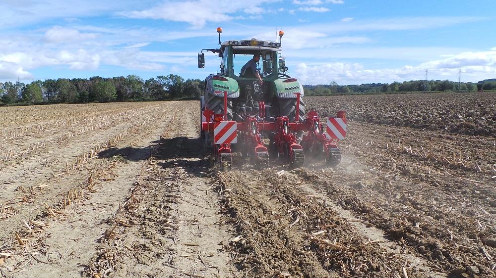 Il Kultistrip crea le file lavorate alternate a strisce di terreno dove rimane il residuo colturale, che ha un effetto pacciamante e che si decomporrà lentamente, favorendo l'accumulo di sostanza organica nel suolo.