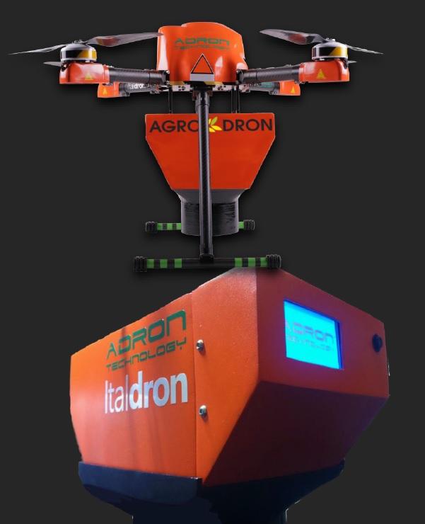 Ecco il drone provvisto del contenitore delle capsule di Trichogramma pronto per il volo sul campo di mais.