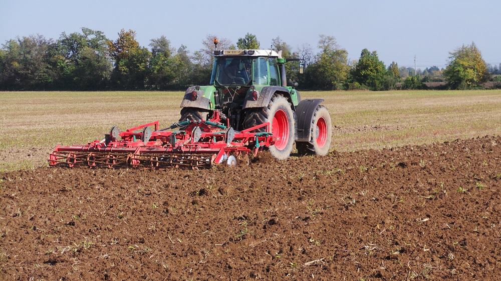 Il coltivatore Kverneland CLC esegue un primo passaggio su residui colturali di sorgo.