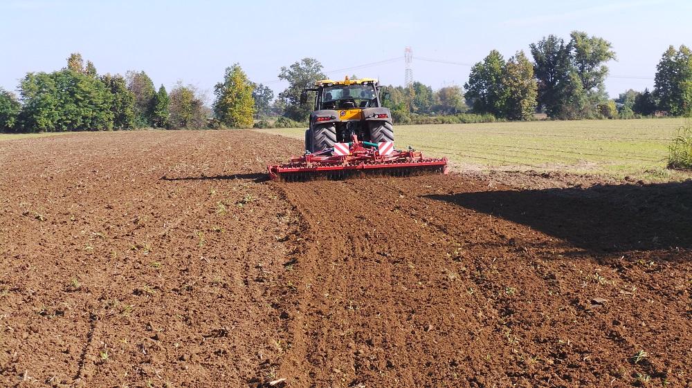 Il Kverneland Qualidisc Farmer 5000 effettua il secondo passaggio. Notare che a destra, dopo il suo passaggio, il terreno è più affinato rispetto a quello di sinistra, lavorato solo con il CLC.