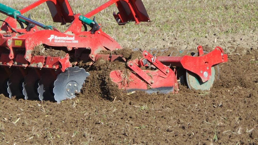 Ecco come il Qualidisc Farmer esegue l'affinamento dopo il primo passaggio del CLC. Il modello è del 15% più leggero della versione Pro, è adatto a trattori di bassa o media potenza e riduce la compattazione del suolo. È equipaggiato con il rullo speciale Actipack.