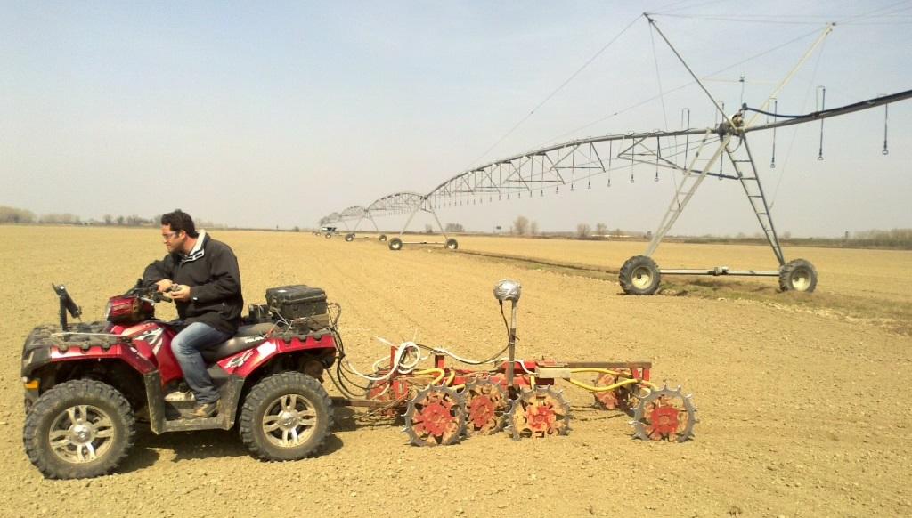 Esempio di attrezzatura trainata da un quad che misura la resistività elettrica dei suoli e produce la mappa in cui si identifica la diversa tessitura del terreno (sabbia, limo e argilla).