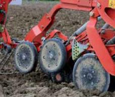 In condizioni di umidità le ruote pressatrici possono essere sollevate in posizione di stazionamento per impedire possibili blocchi.