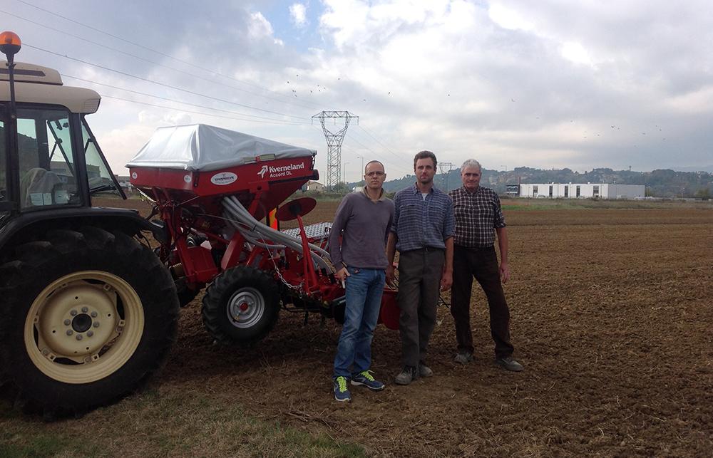 Il concessionario Tarabori di Lucca, il suo funzionario commerciale Andrea Citti e a destra Giovanni Fontana davanti alla seminatrice Kverneland Accord DL.