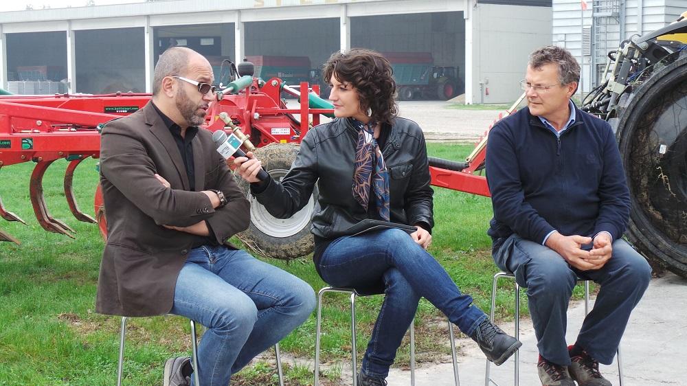 Una puntata della trasmissione Battini Agri Informa. Da sinistra Sandro Battini, la conduttrice Agnese Zacchè e il contoterzista Marco Speziali.