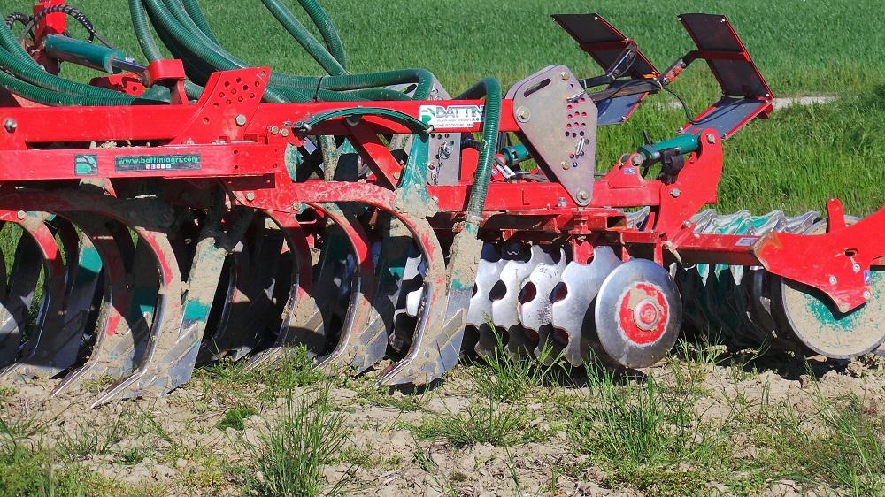 Il coltivatore CLC Evo di Kverneland distribuisce liquami e digestati ed effettua contemporaneamente la minima lavorazione del terreno.