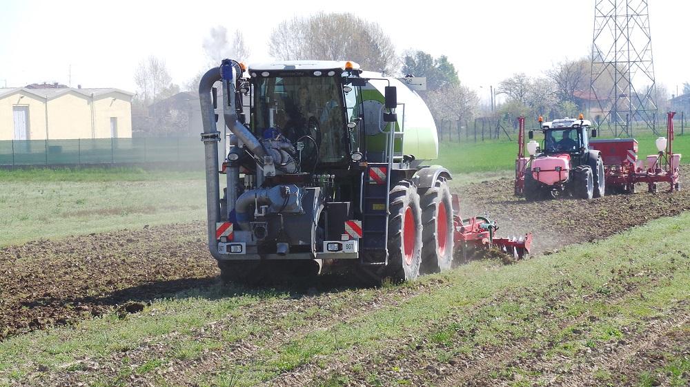 Il doppio cantiere di lavoro in parallelo: lo Xerion con Kverneland CLC che lavora il terreno e distribuisce il digestato e la seminatrice Kverneland Accord che effettua la deposizione del seme sul terreno in minima lavorazione.