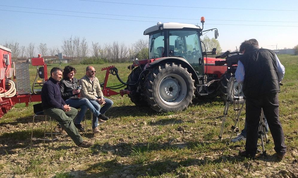 Numerose puntate della trasmissione vengono realizzate presso agricoltori e contoterzisti innovatori. In questa foto la troupe televisiva si trova all'azienda Agrievo di Casalmaggiore (Cremona).