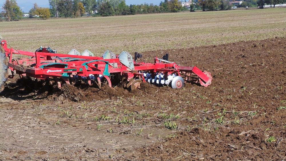 La minima lavorazione del terreno, qui effettuata dal coltivatore CLC di Kverneland, si adatta perfettamente per la preparazione del letto di semina per la soia, abbattendo del 50-60% i costi rispetto alle lavorazioni tradizionali.