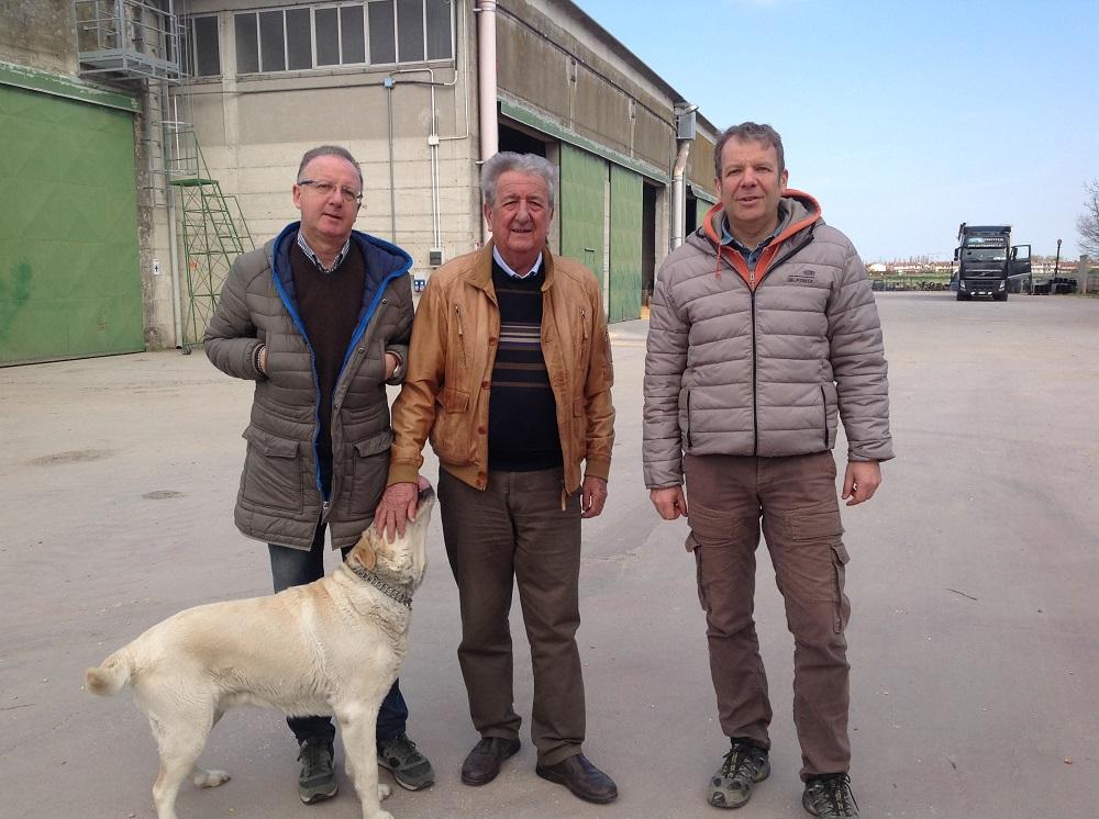 Da sinistra Cristiano, Luciano e Massimo Salvagnin nell'azienda Porto Felloni a Lagosanto (Ferrara).