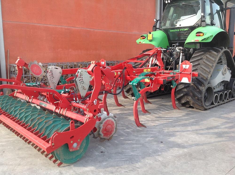 Il coltivatore CLC di Kverneland abbinato a un trattore cingolato Deutz-Fahr, connubio ideale per risparmiare e per non calpestare il suolo.
