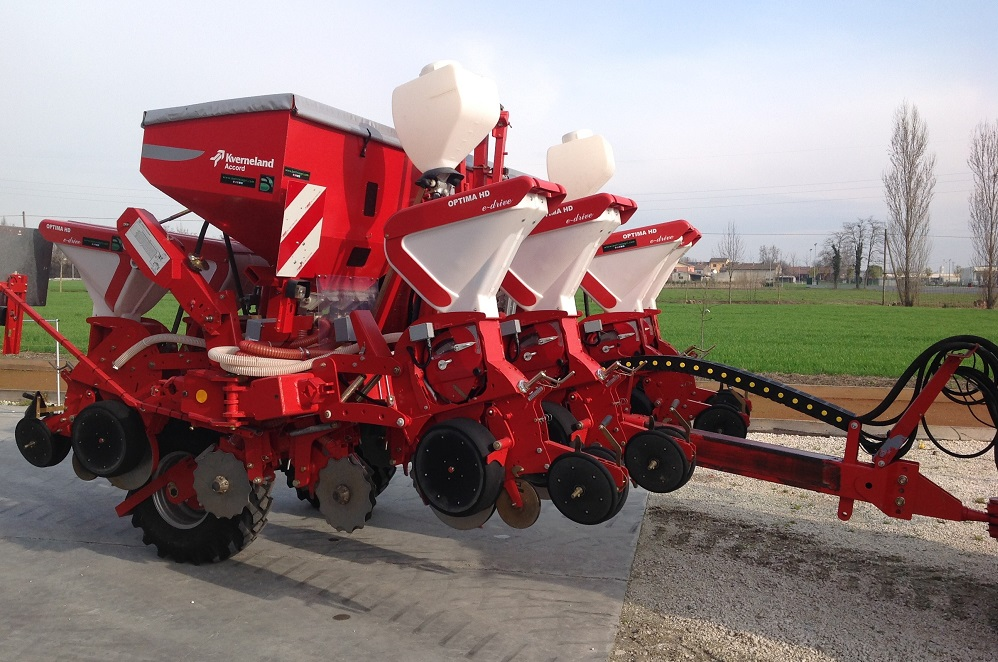 La seminatrice Kverneland Optima HD e-drive per soia e mais garantisce una precisione assoluta nella deposizione del seme.