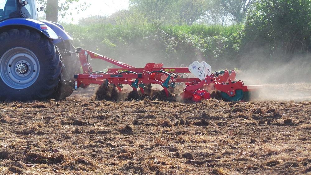 Il coltivatore CLC di Kverneland mentre prepara il letto di semina negli appezzamenti InnoCORN Future destinati alla semina del mais su minima lavorazione.