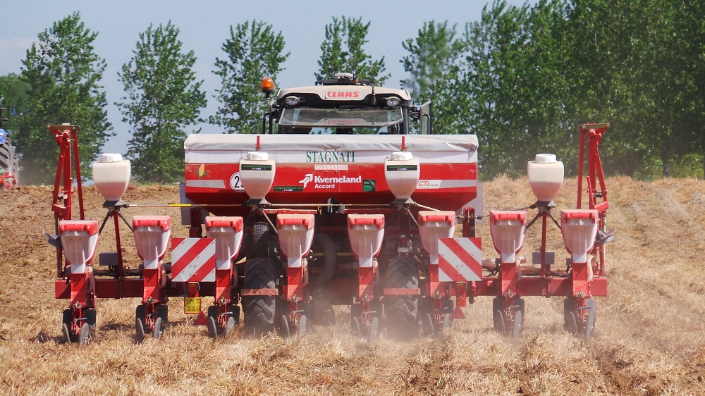La seminatrice Accord Optima Hd e drive a 8 file con satellitare semina su strip till il mais Kerbanis di KWS.