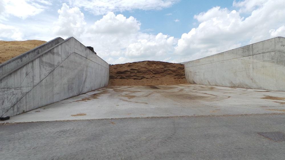 Uno dei numerosi silos di grandi dimensioni che contengono gli insilati destinati ai digestori.