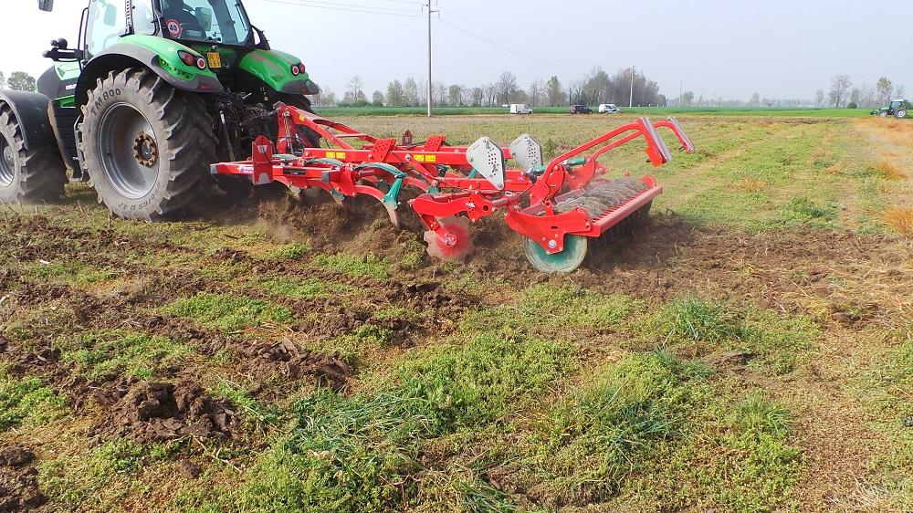 L'effetto vibrante che il dente Kverneland imprime al suolo riduce lo sforzo di traino e aiuta a ridurre la zollosità del suolo.