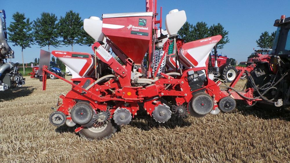 La Optima HD ripiegata in posizione di trasporto. Si notano i particolari degli organi di lavoro che permettono di spostare i residui colturali, aprire un solco pulito per depositare il seme e richiuderlo alla perfezione.