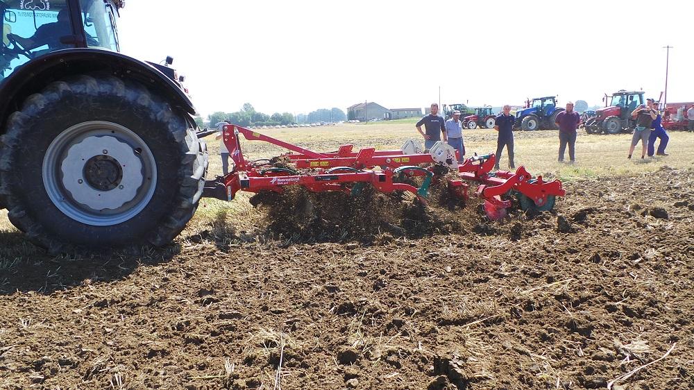 Il CLC pro avanza tra le stoppie e riesce a creare un terreno abbastanza friabile, nonostante l'eccessiva umidità, e comunque adatto alla semina successiva.