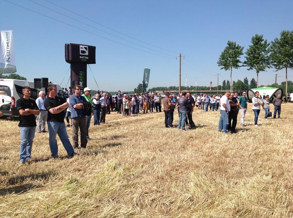 La giornata in campo organizzata a Cremona da Battini Agri ha raccolto un buon successo di pubblico costituito da aziende agricole e contoterzisti della provincia.