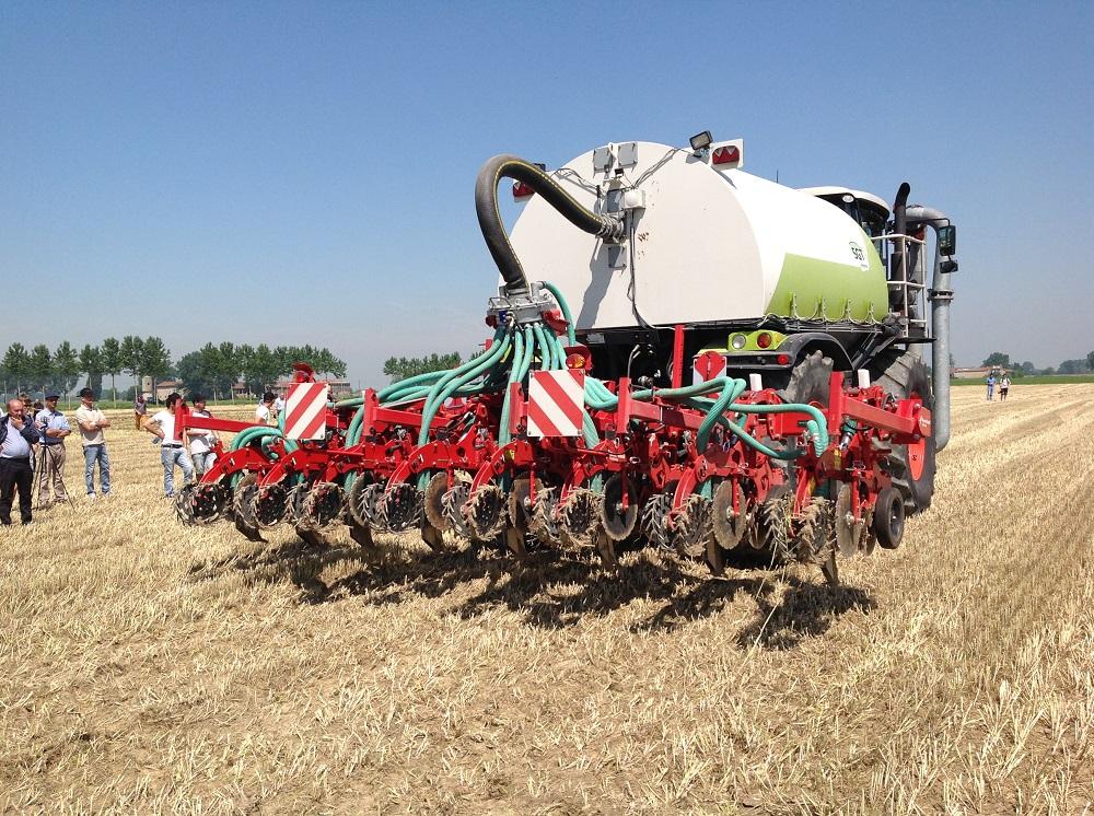 Il nuovo Kverneland Kultistrip a 8 file abbinato a un Claas Xerion per distribuire liquami e digestati mentre si effettuano le bande di semina.