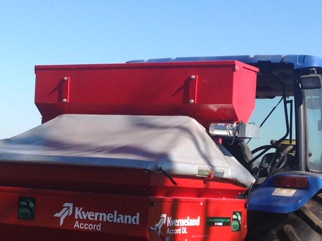 Il kit per la distribuzione dei microgranuli in contemporanea alla semina montato sulla seminatrice Kverneland Accord DL per cereali e semi minuti.