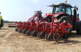 Il Kultistrip lavora solo le bande di semina: l'ideale è fare l'operazione in autunno sui residui colturali