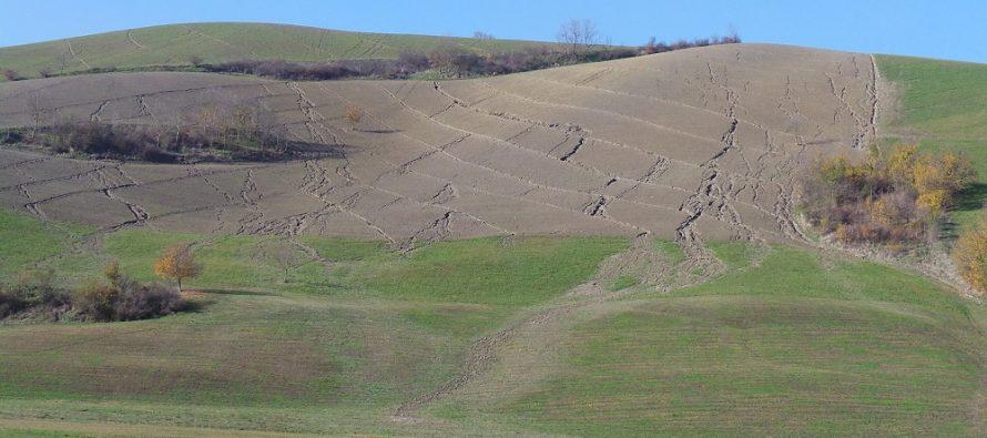 Erosione del suolo e ruscellamento a valle: ecco cosa succede quando si ara in collina