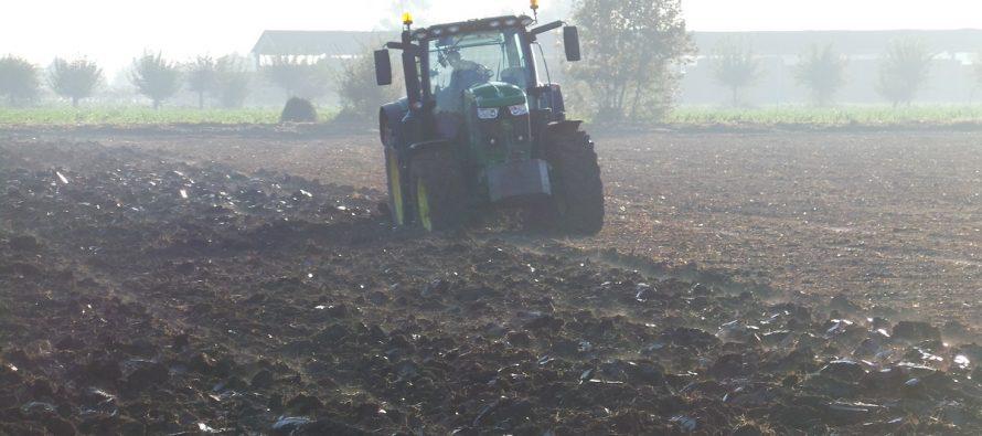 L'agricoltore pensa solo al trattore e lavora con attrezzature obsolete, ma sogna il digitale